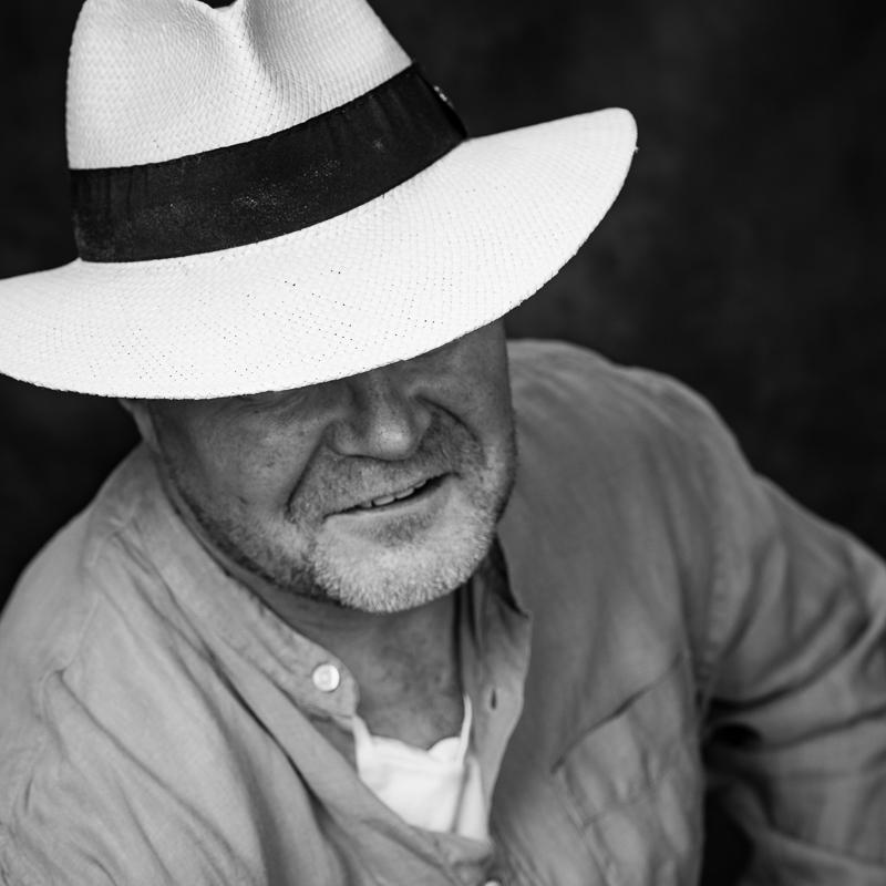 Maskulin fotosession: En mand med en panamahat smiler