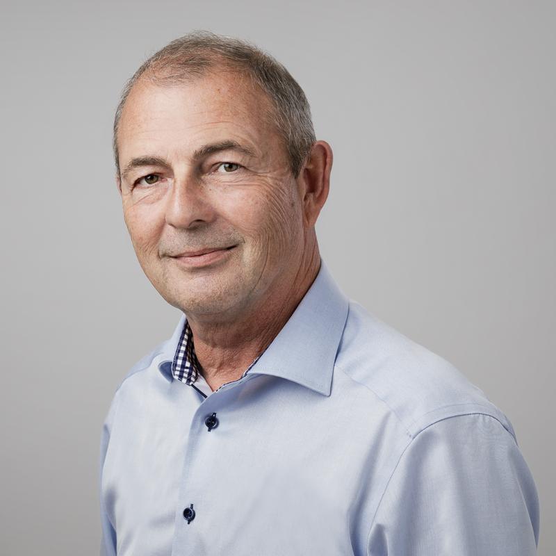 Maskulin fotosession: Profilbillede af en mand i lys skjorte
