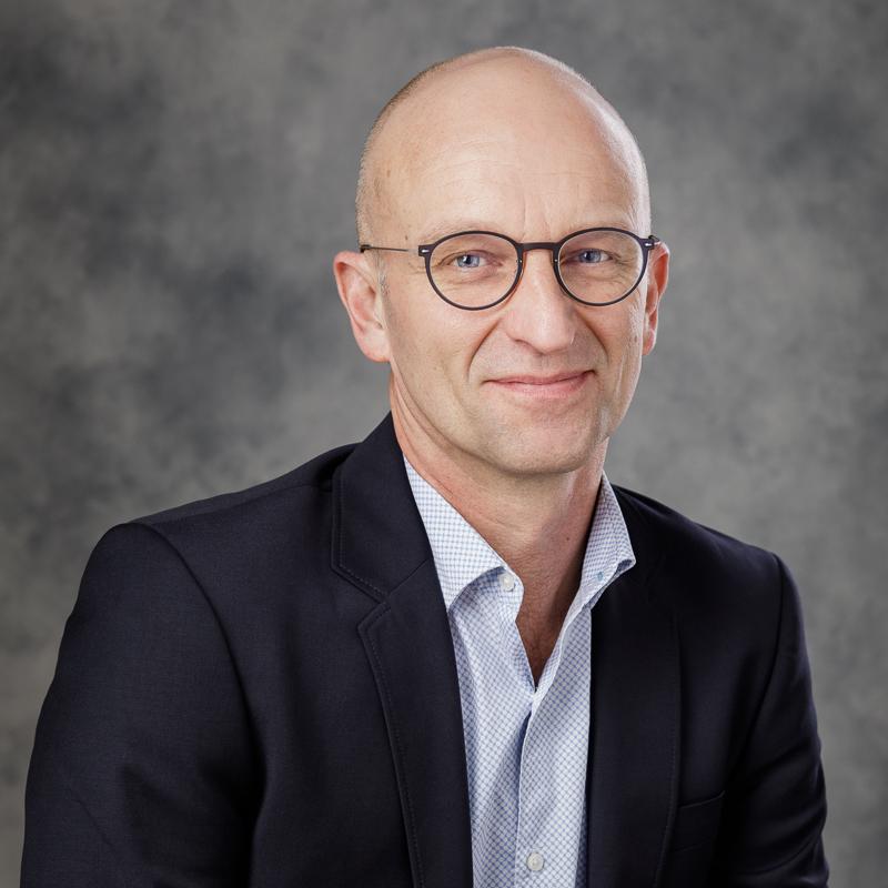 Et profilbillede af en mand, der smiler